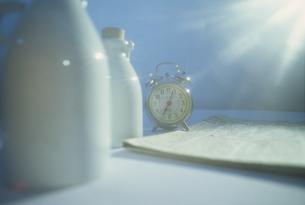 牛乳瓶と目覚まし時計 FYI01145125