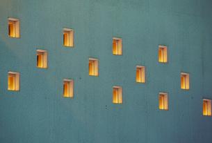 明かりが漏れる建物のたくさんの窓 FYI01146418