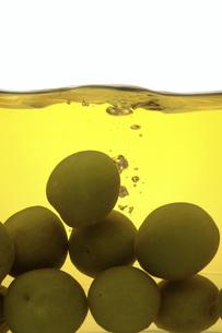 熟成した梅酒と梅の素材 [FYI01148539]