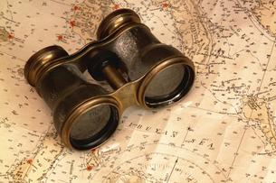 双眼鏡と地図 FYI01158096