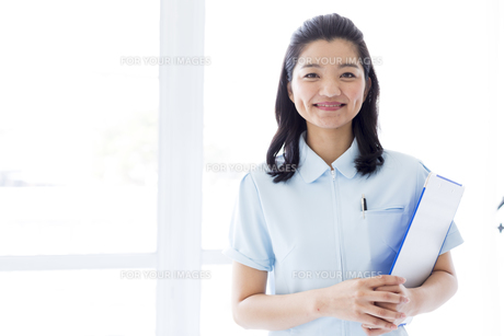 笑顔の医療従事者 FYI01162104