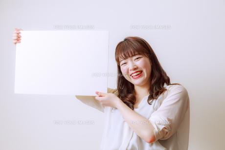 ホワイトボードを持つ若い女性 FYI01162644