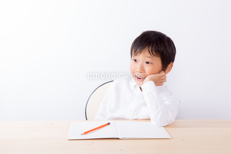 宿題中ひらめいた少年 FYI01163905