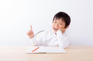 宿題中ひらめいた少年 FYI01163906