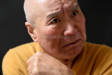 悩み顔のシニア FYI01164227