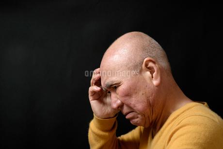 悩み顔のシニア FYI01164234