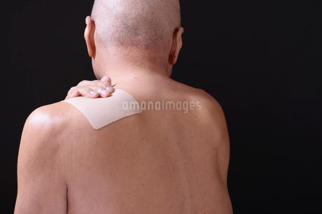 シニアの肩に湿布薬 FYI01165890
