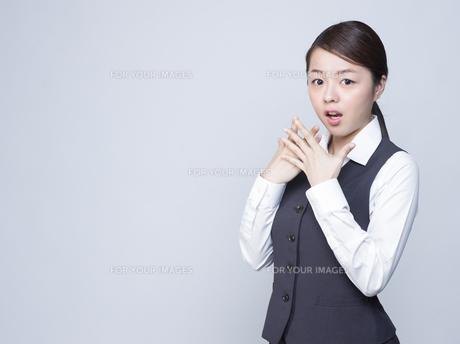 驚いた表情をする女性社員 FYI01166283