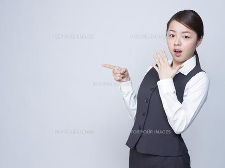 驚いた表情をする女性社員 FYI01166284