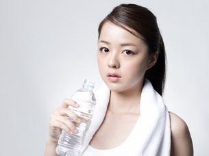 ペットボトルを手にした女性 FYI01166363