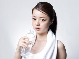 ペットボトルを手にした女性 FYI01166364