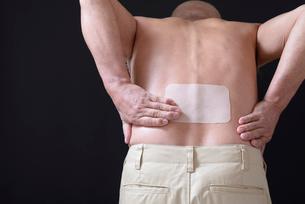 腰痛で苦しむ男性 FYI01166418