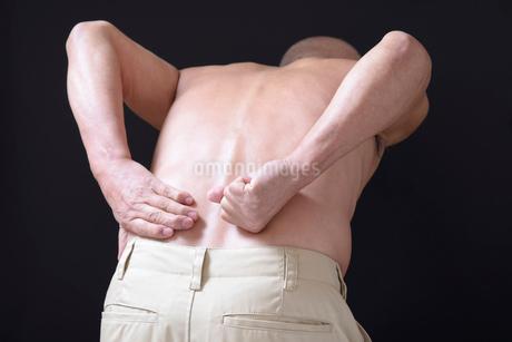 腰痛で苦しむ男性 FYI01166420