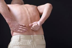 腰痛で苦しむ男性 FYI01166425
