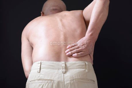 腰痛で苦しむ男性 FYI01166432