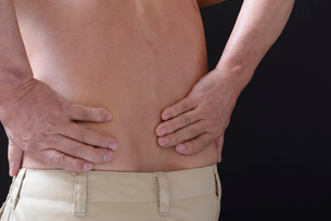 腰痛で苦しむ男性 FYI01166437