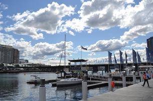 シドニーの海辺のヨットハーバーと青空 FYI01187843