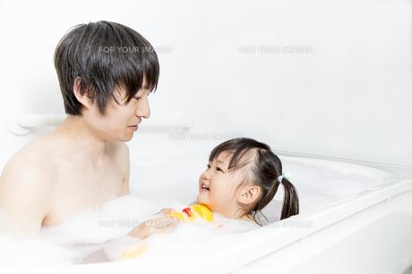 お父さんと一緒にお風呂に入る幼い女の子  FYI01188469