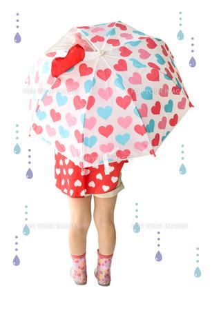 傘をさすこども FYI01197238