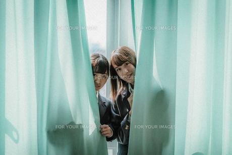 カーテンから顔を出す女子高生2人3 FYI01199611