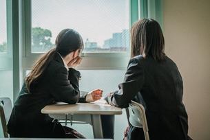 教室から外を見ている女子学生2人6 FYI01199615