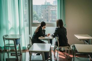 教室から外を見ている女子学生2人3 FYI01199618