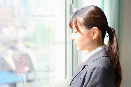 教室の窓際に佇む女子校生 FYI01199910