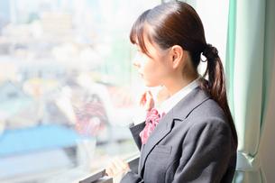 教室の窓際に佇む女子校生 FYI01200365