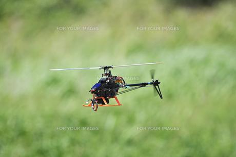 ラジコンヘリコプターのテスト飛行 FYI01203953