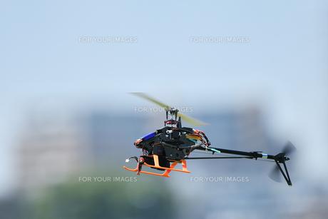 ラジコンヘリコプターのテスト飛行 FYI01203954