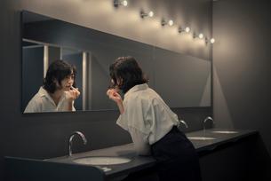 化粧室でメイク直しをする女性の写真素材 [FYI01216300]