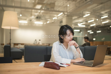 デスクでオフィスワークしているOL女性オフィスワーク FYI01216302