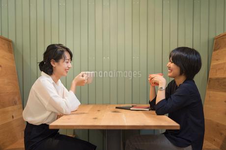 仕事の休憩中に談笑するOLの女性2名 FYI01216326