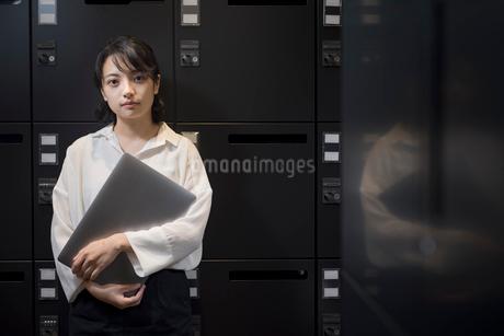 ロッカールームでPCを抱える女性 FYI01216330