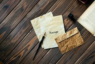 アンティークな封筒と便箋とペンと本。の写真素材 [FYI01216439]