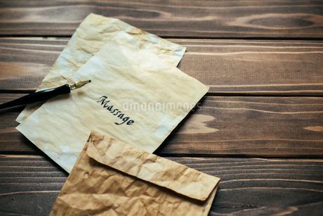アンティークな紙と封筒とペンの写真素材 [FYI01216440]