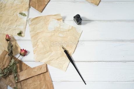 ペンとインクと散りばめた紙と封筒とドライフラワー FYI01216579