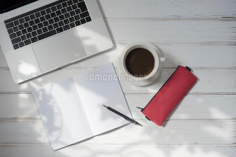 PCとノートとペンとコーヒーカップと赤いペンケースの写真素材 [FYI01216601]