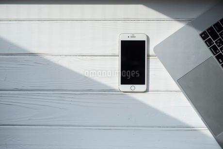 携帯とPCに差し込む光 FYI01216606