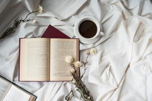 複数の本とドライフラワーとコーヒーカップ FYI01216613