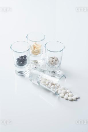 薬の入ったガラスのコップ FYI01216653