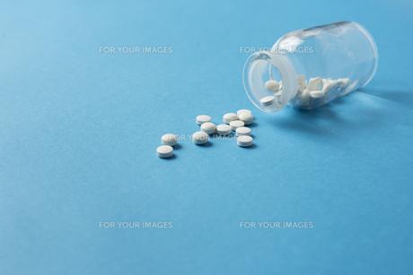 ガラス小瓶と薬 FYI01216672