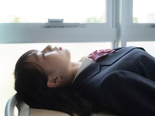 仰向けになる女子高校生 FYI01220679