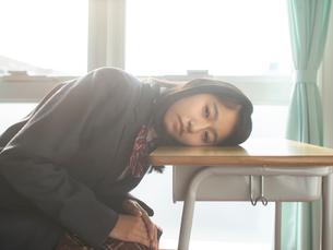 見つめる女子高校生の写真素材 [FYI01220684]
