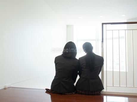 階段に座る2人の女子高校生の写真素材 [FYI01220688]