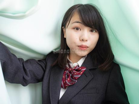 驚いた表情の女子高校生の写真素材 [FYI01220689]