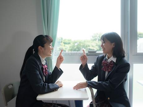 教室で会話する2人の女子高校生の写真素材 [FYI01220690]