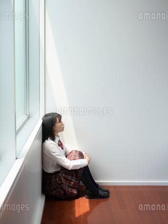 座っている女子高校生の写真素材 [FYI01220691]