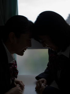 額を寄せる2人の女子高校生の写真素材 [FYI01220704]