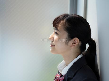 上を見上げる女子高校生 FYI01220705